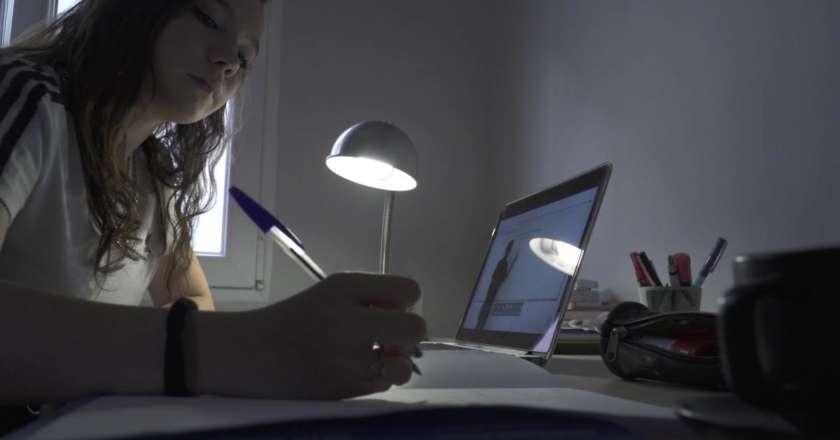 Alumna siguiendo una clase online.